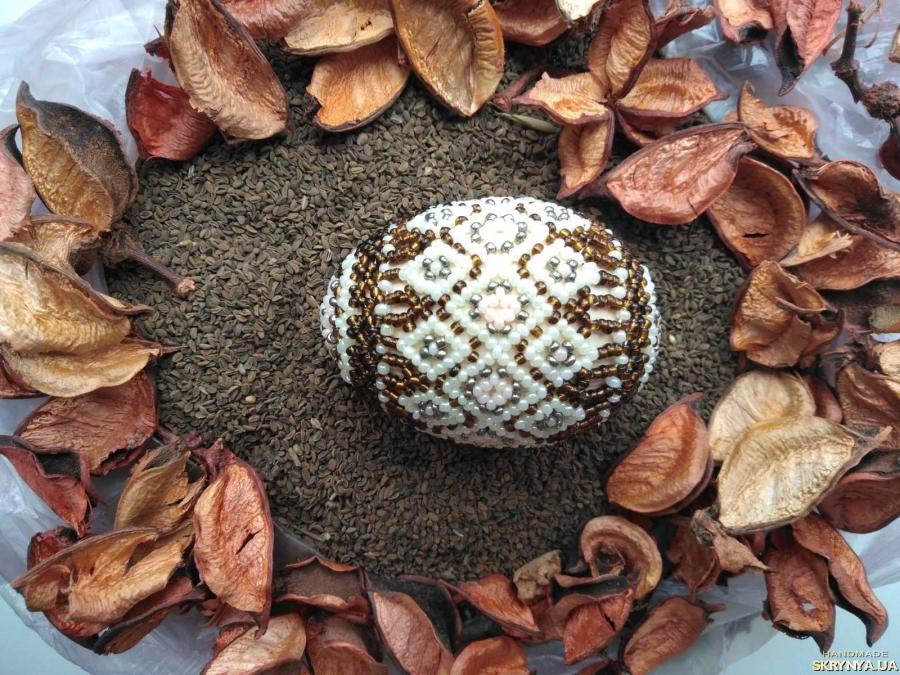 тут изображено Писанка з бісеру Великдень Пасха Яйця