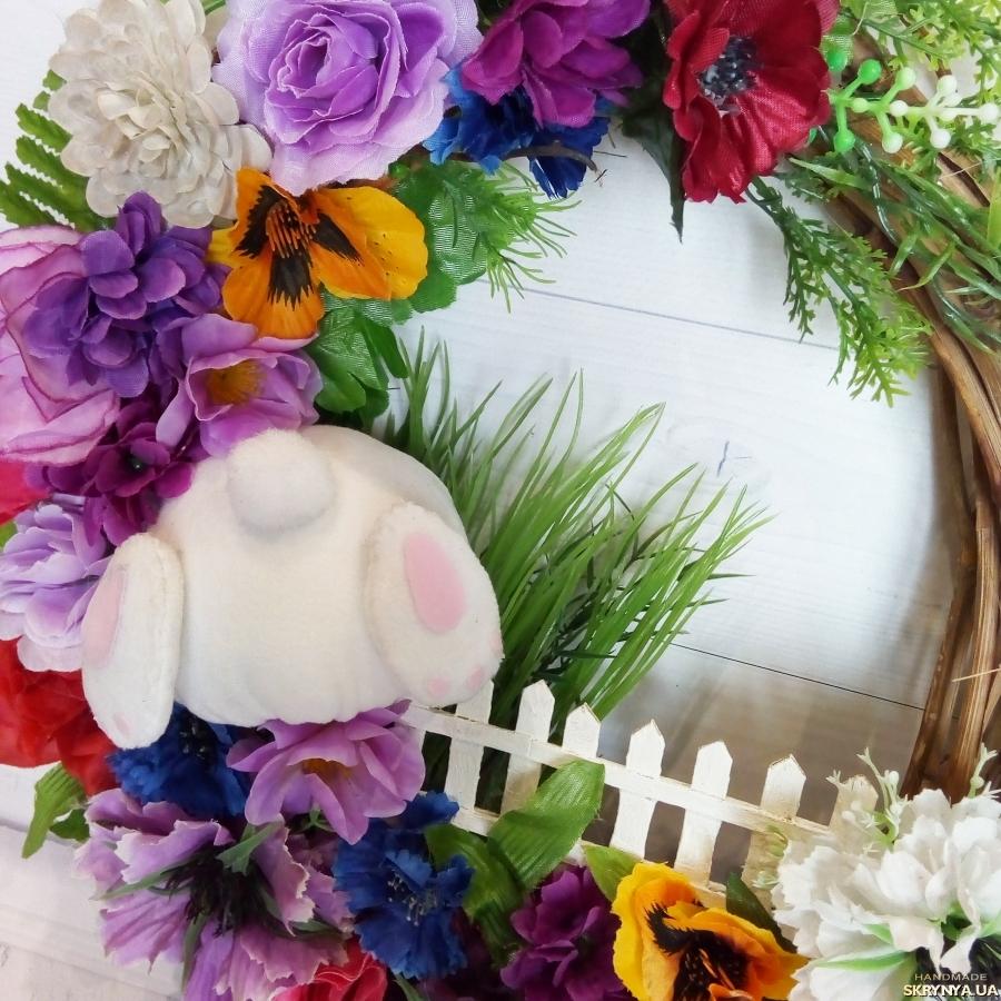 тут изображено Декоративный венок с пасхальным кроликом Оригинальный декор на пасху
