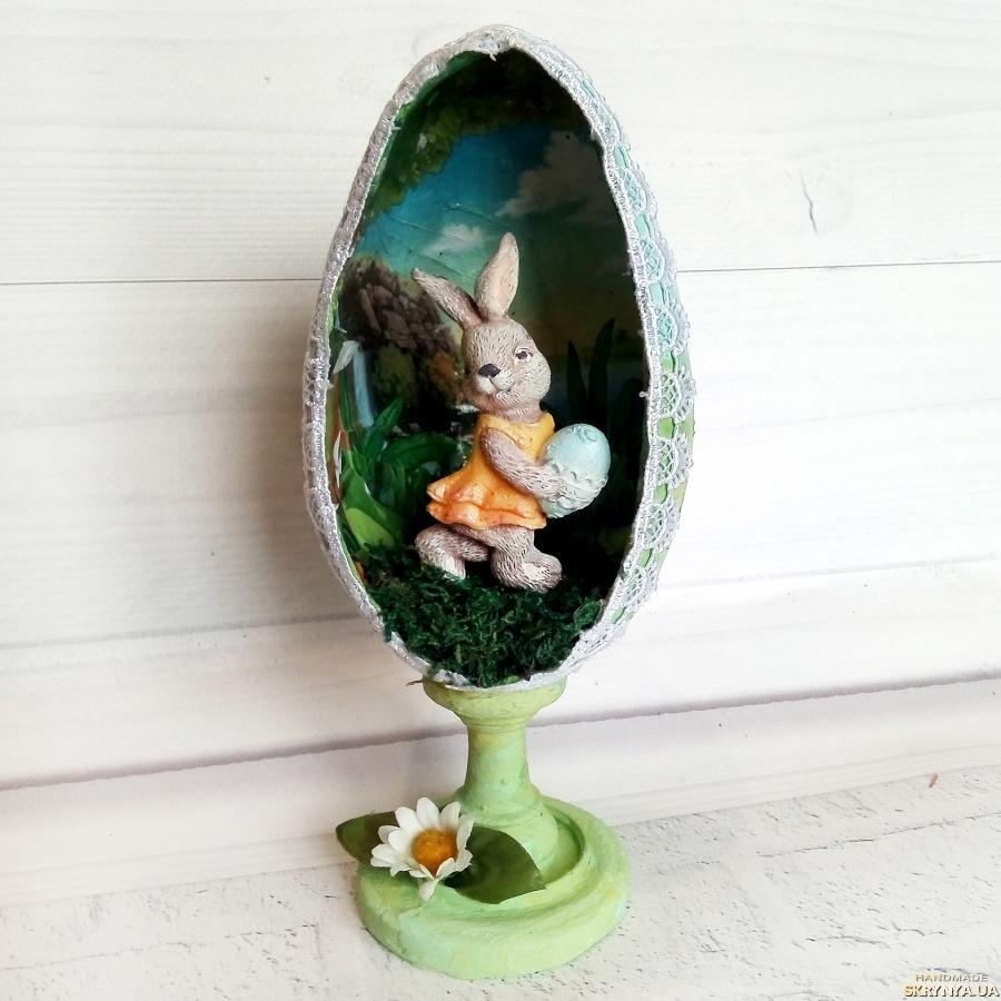 тут изображено Пасхальное яйцо на подставке с кроликом внутри Сувенир на пасху