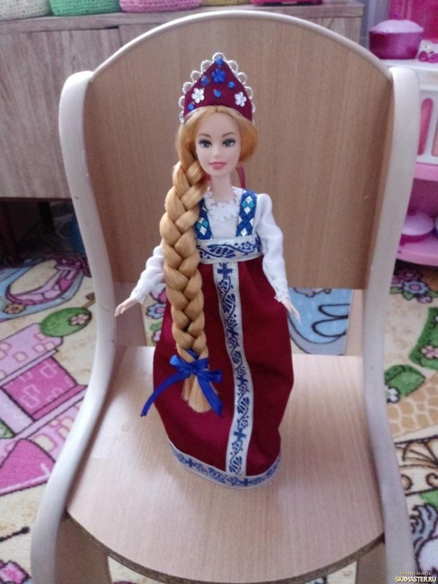 тут изображено сувенирная кукла в национальном костюме.