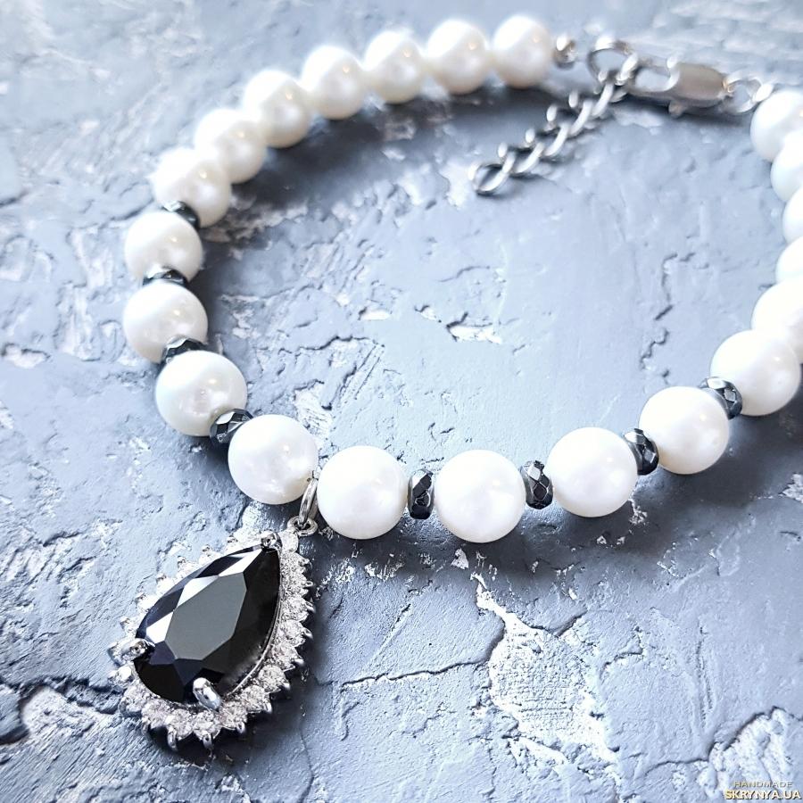 тут изображено Браслет з натуральних перлів з підвіскою, інкрустованою цирконами