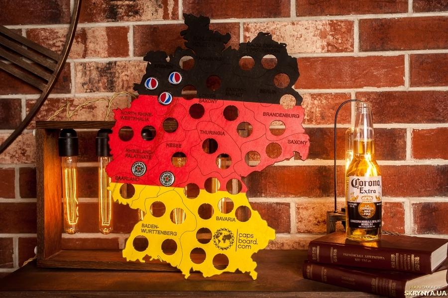 тут изображено Копилка для пивных крышек CAPSBOARD GERMANY COLORED