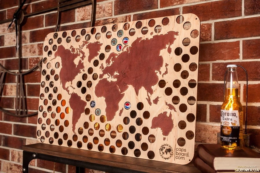тут изображено Карта Мира на стену для пивных крышек CAPSBOARD WORLD