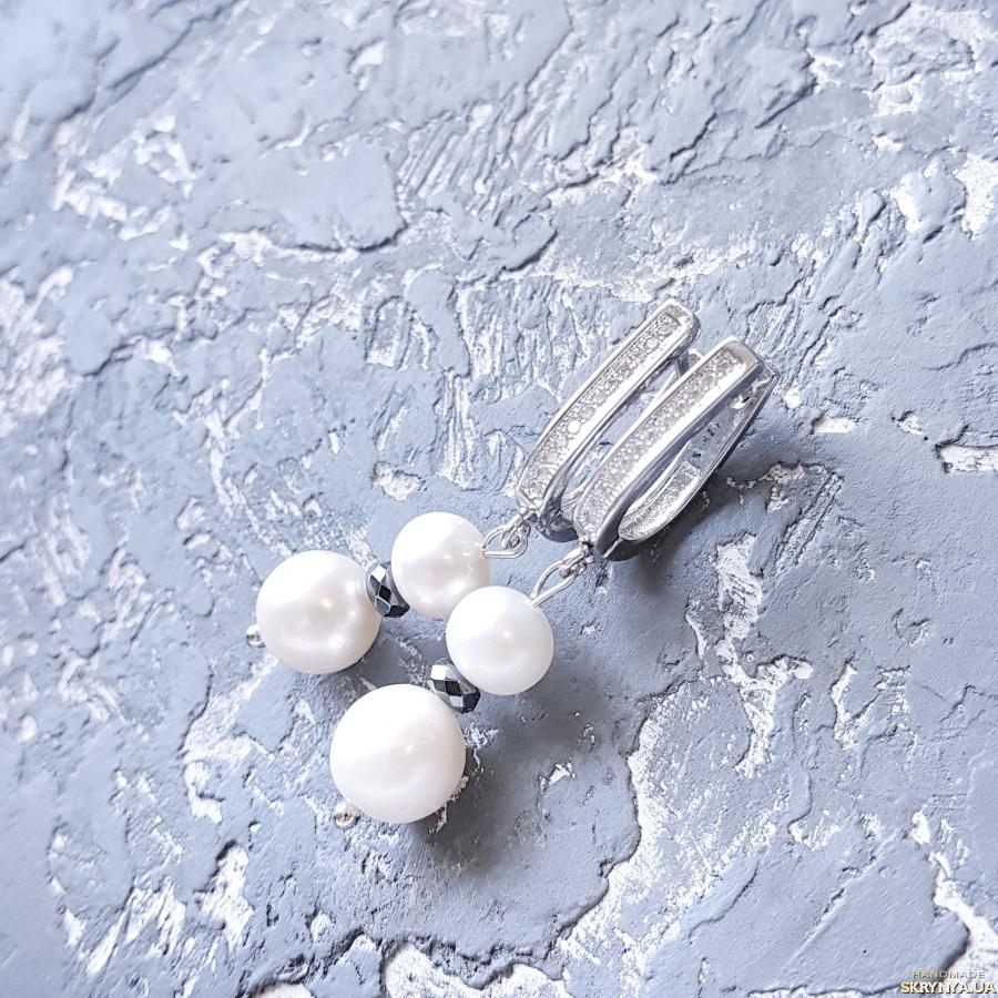 тут изображено Комплект  з натуральних перлів браслет та сережки з цирконами