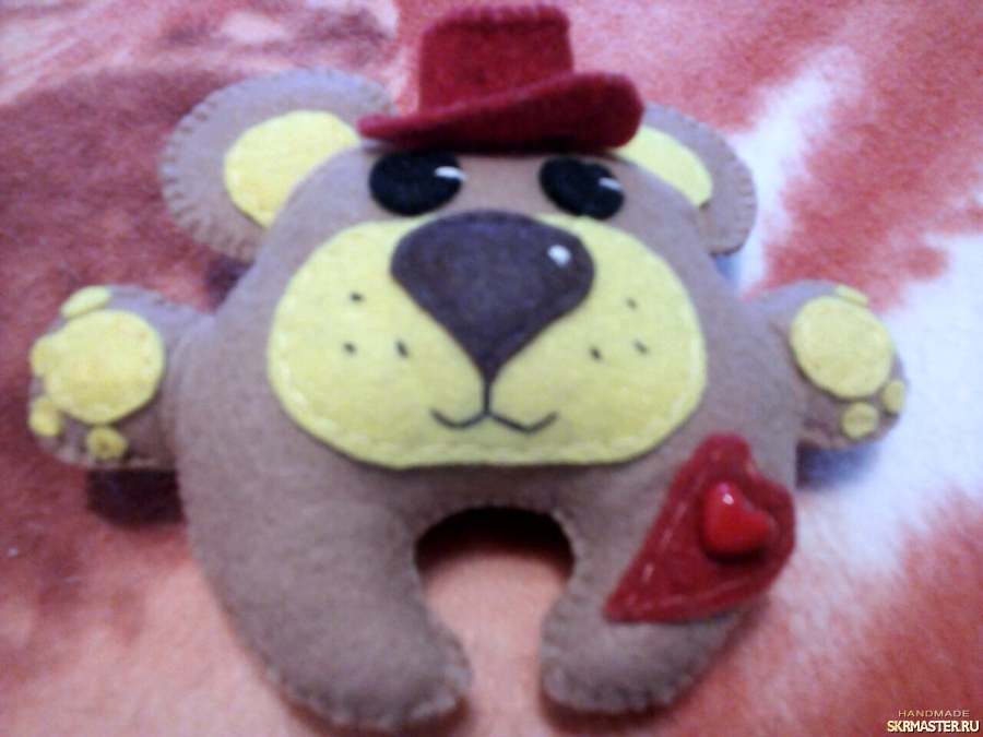 тут изображено мишка в шляпе - игрушка из фетра