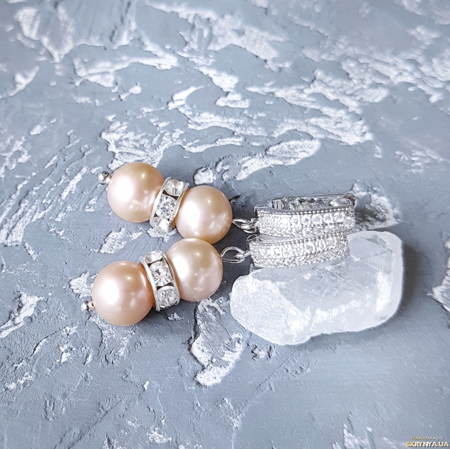 тут изображено Комплект з натуральних персикових перлів браслет і сережки