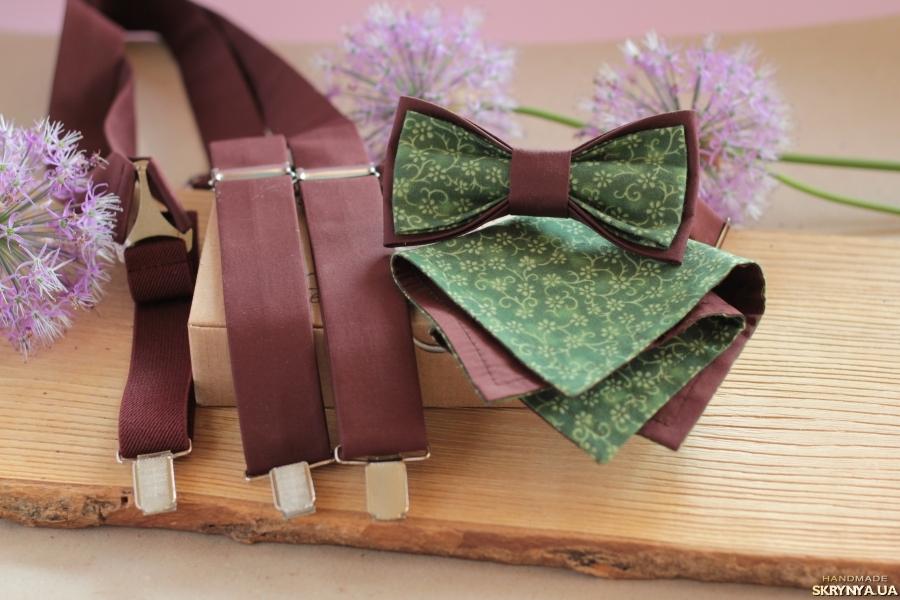 тут изображено Подтяжки, бабочка и платок-паше коричневые с зеленым