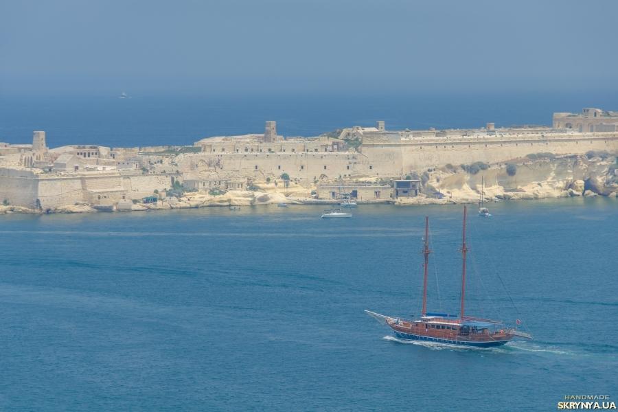 тут изображено Корабль выходит в море. Фотокартина. Фотография.