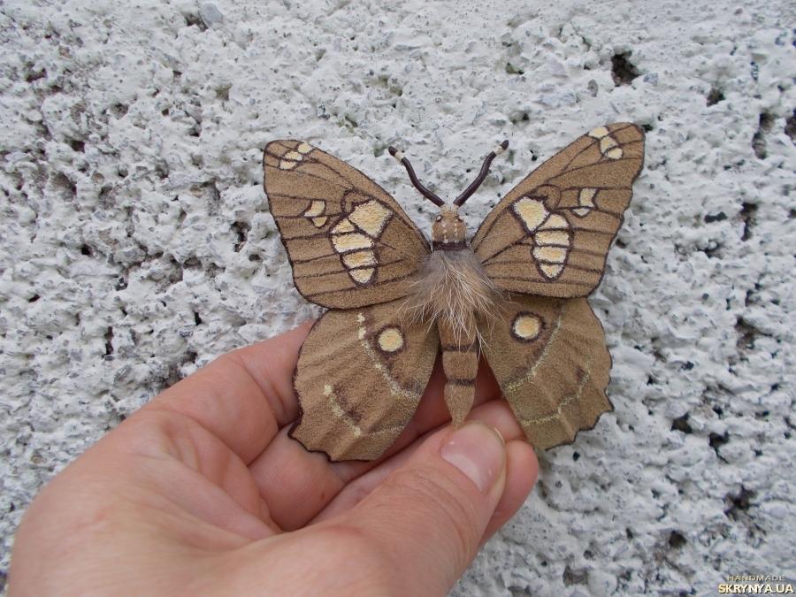 тут изображено Брошь - бабочка из натуральной замши