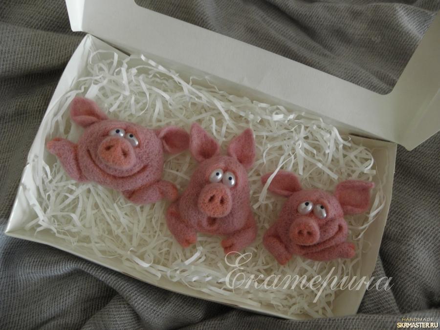тут изображено Брошь Свинки′Эмоции′