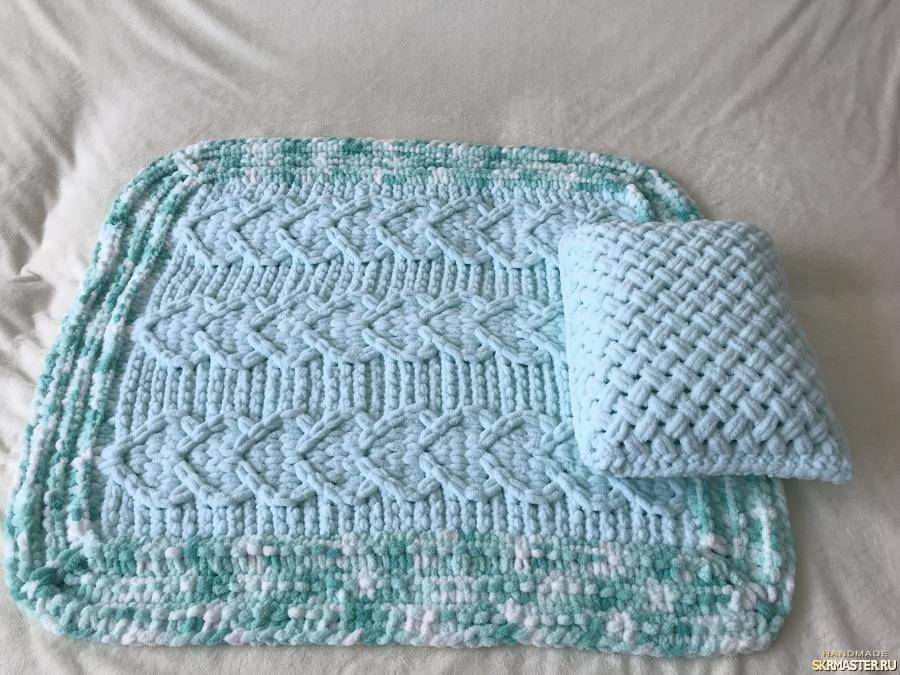 тут изображено Плюшевый комплект мятный из пледа и подушки для малыша
