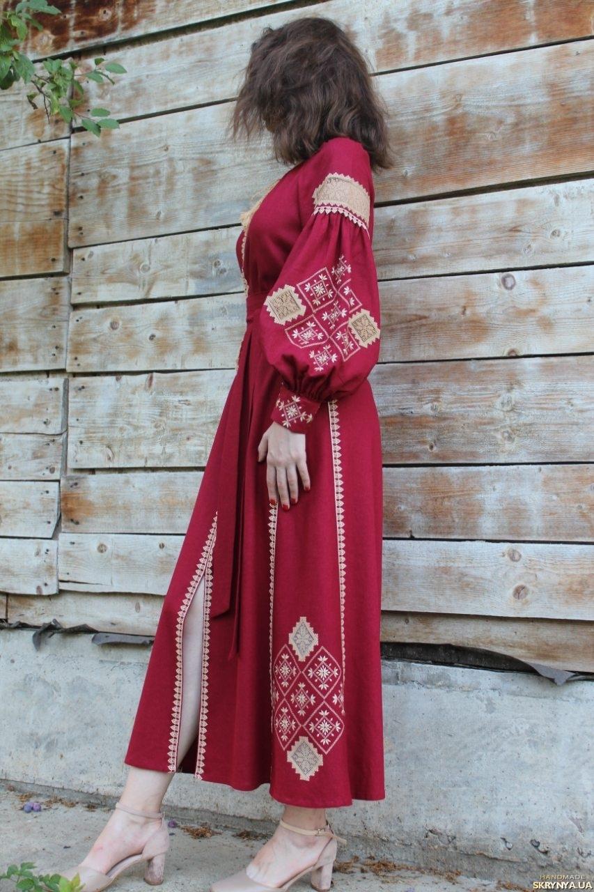 тут изображено Вышитое платье в стиле Бохо на 100 льне Бордо