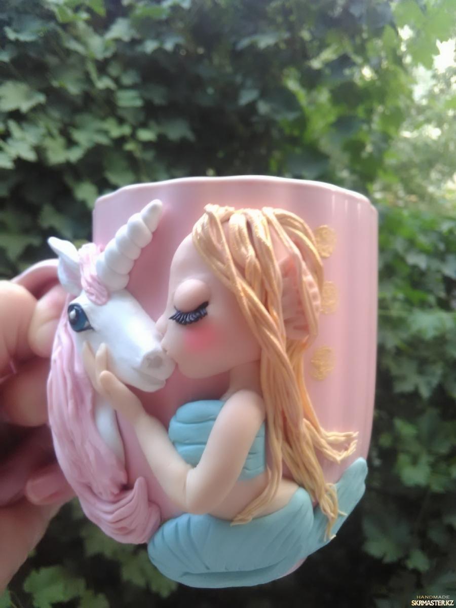 тут изображено Кружечка с декором ′Девочка Дельфин целует Единорога′