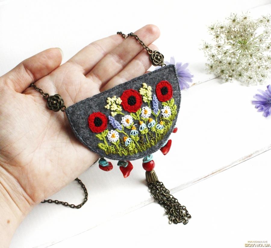 тут изображено Большой кулон бохо с полевыми цветами маки, незабудки, ромашки, лаванда