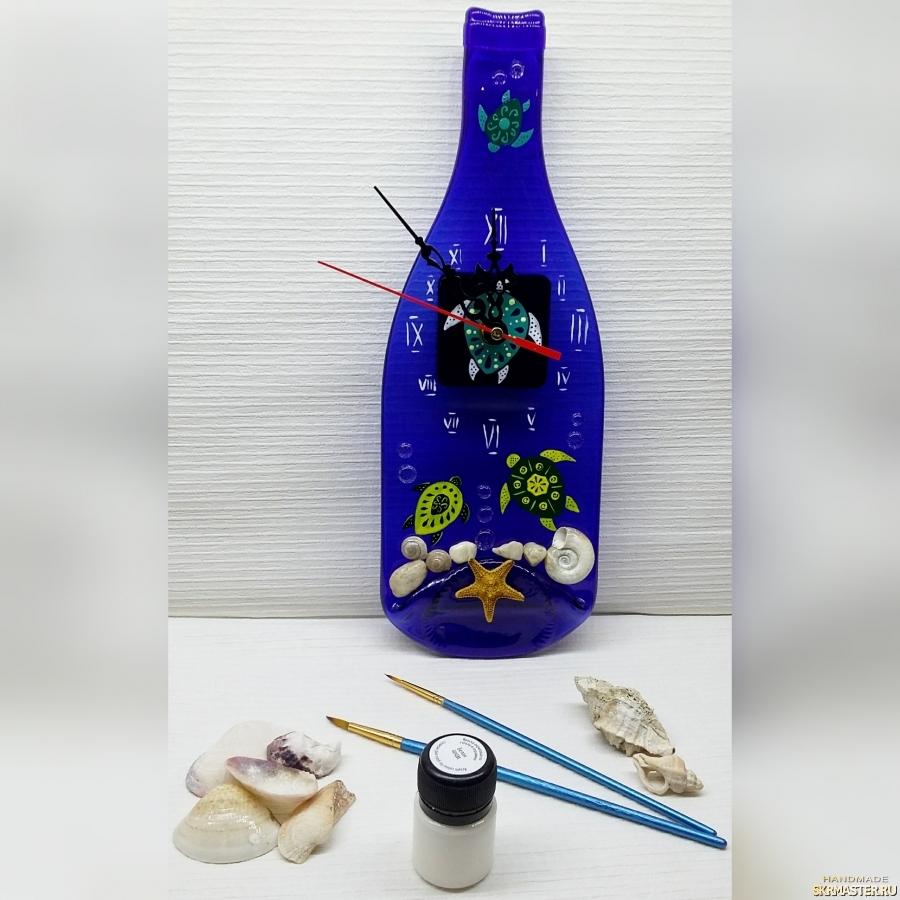 тут изображено Часы на запеченой бутылке - морские