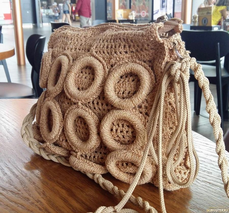 тут изображено Вязаная сумочка ′Золотые колечки′