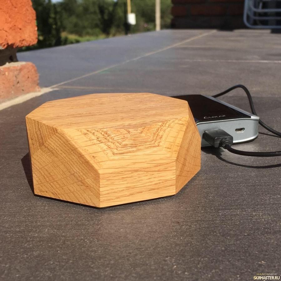 тут изображено Скоростное беспроводное зарядное устройство (зарядка) из дерева