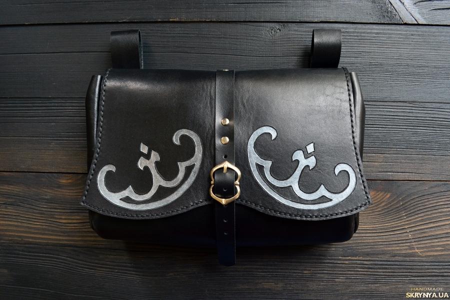 тут изображено Поясна шкіряна сумка у стилі фентезі