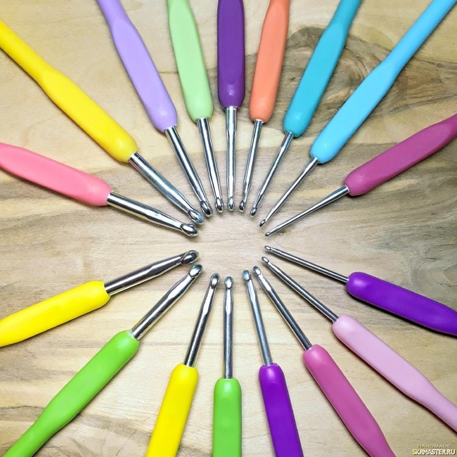 тут изображено Крючки для вязания 2.5-6мм, цветные. Наборы 8шт.