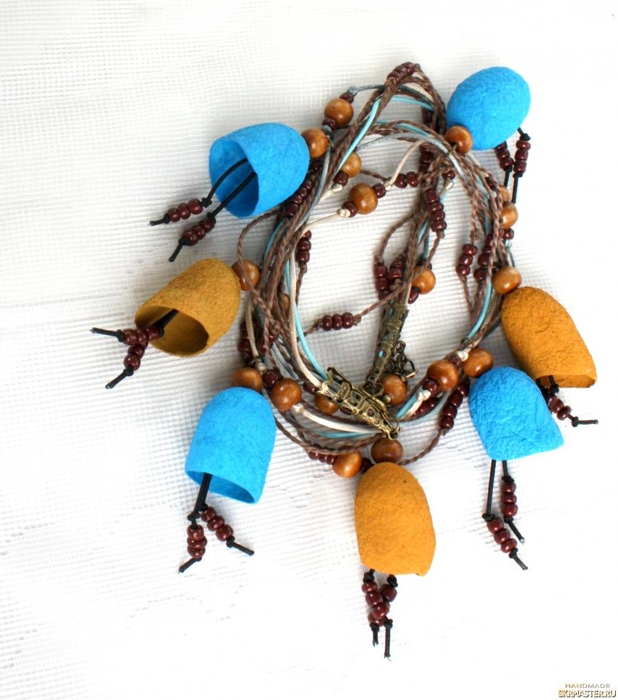 тут изображено Ожерелье из коконов шелкопряда бежевых и голубых