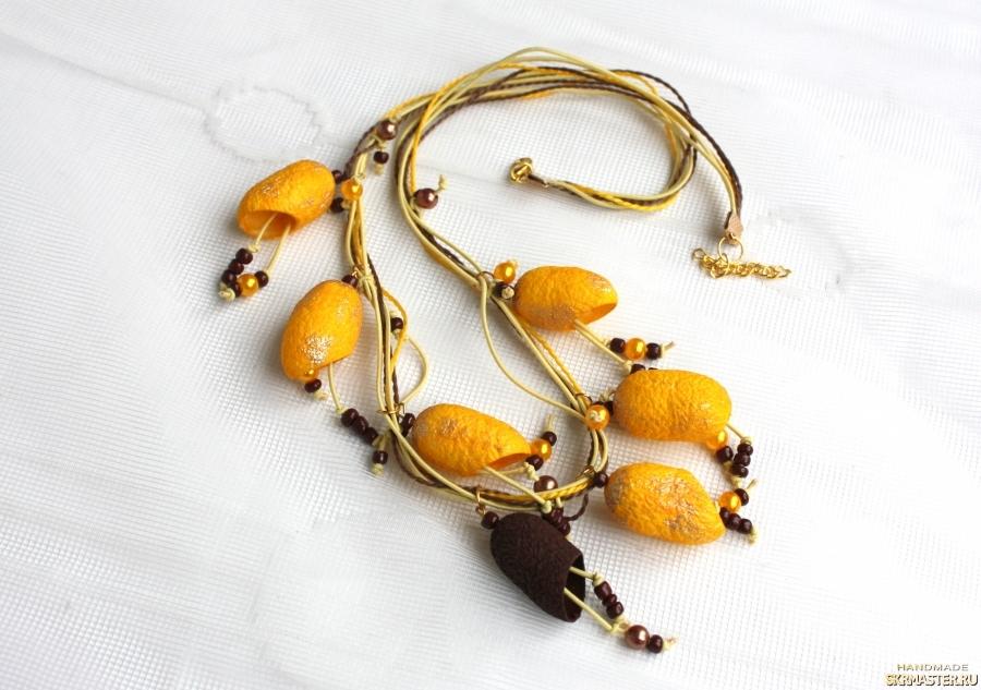 тут изображено Ожерелье из коконов шелкопряда ′Коричневый акцент′