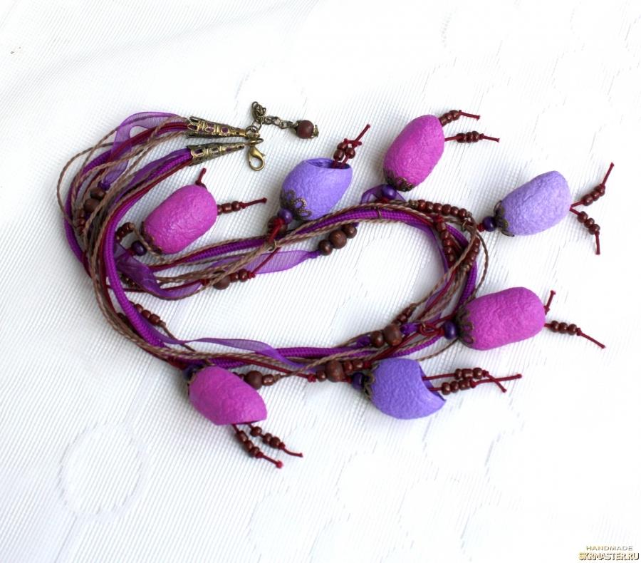 тут изображено Ожерелье из коконов шелкопряда в сиреневых тонах