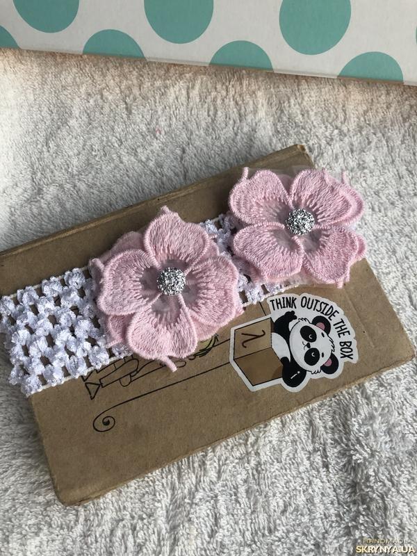 тут изображено повязка с розовыми цветами для малыша, новорожденного, девочки