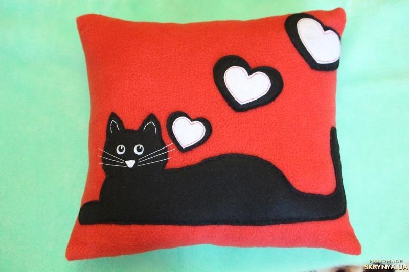 тут изображено Подушечка ′Влюбленный котик′