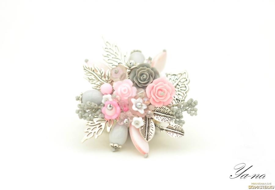 тут изображено Брошь с цветами и листьями ′Розовый лепесток′
