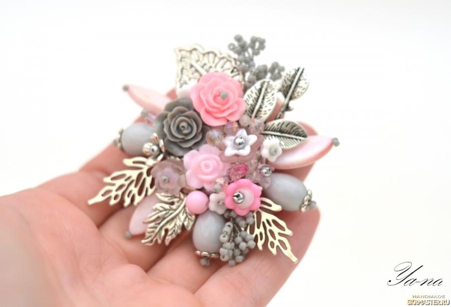 Брошь с цветами и листьями ′Розовый лепесток′