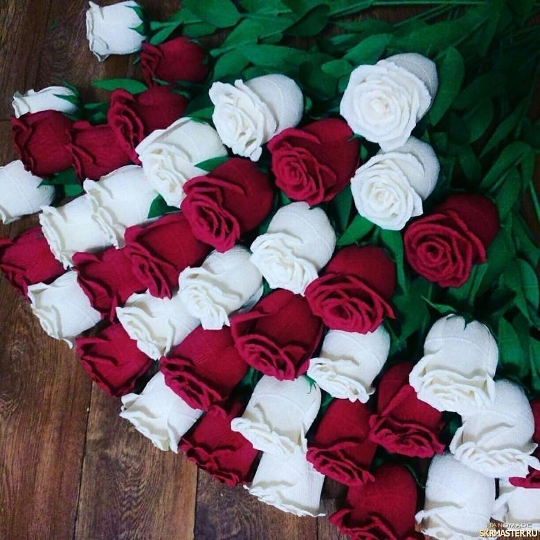 тут изображено Розы из итальянской гофрированной бумаги