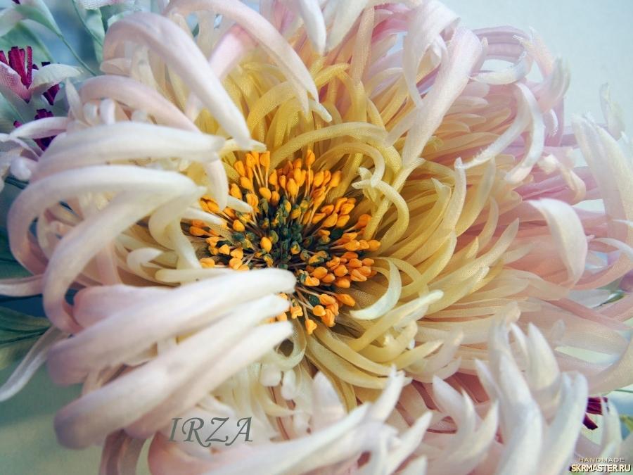 тут изображено Хризантема София из натурального шелка.