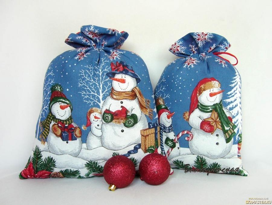 тут изображено Мешочек для подарка Снеговики