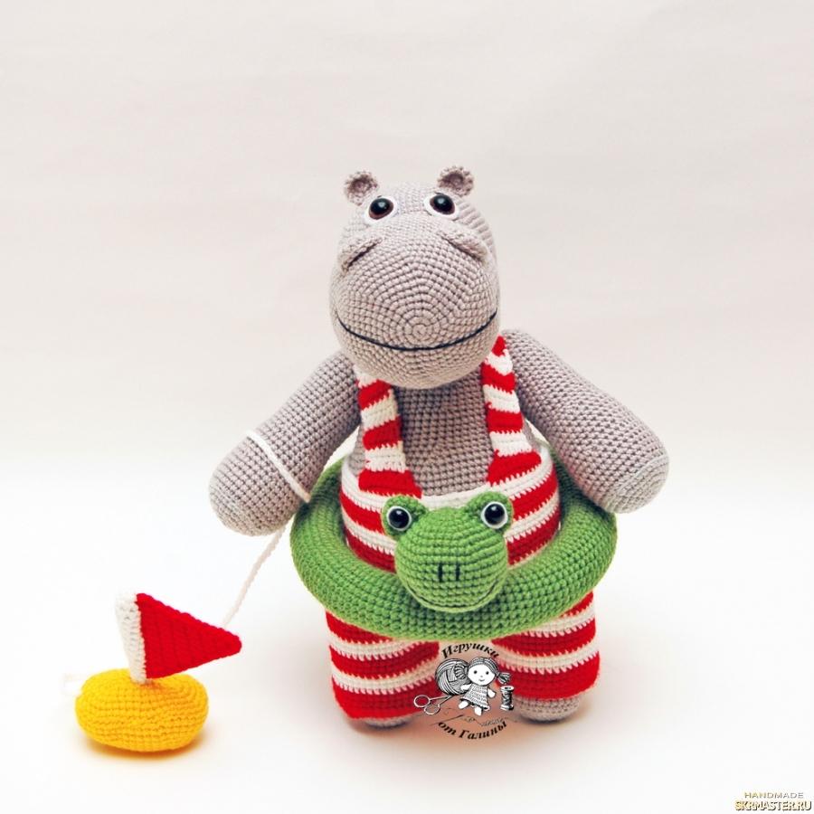 тут изображено Бегемотик Мотя вязаная игрушка